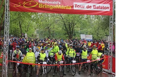 A zuhogó eső ellenére is 2600 kerékpáros tekert a Balaton körül a nyitott Balaton legnagyobb sporteseményén a McDonald's Bringamánia Tour de Balatonon
